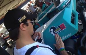 Nelsinho Piquet cola adesivo em homenagem a Ayrton Senna em seu kart